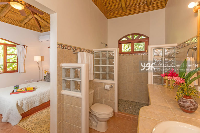 Beach House Rentals-Dominical-Costa Rica-San-Martin-Mirador-escaleras-bath1