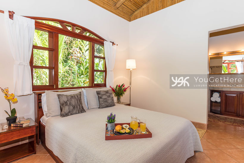 Beach House Rentals-Dominical-Costa Rica-San-Martin-Mirador-escaleras-bed